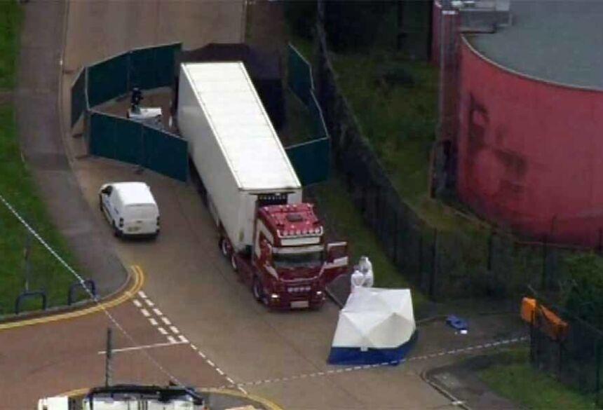 Caminhão com corpos foi encontrado no Reino Unido, nesta quarta-feira (23)  Foto: A P