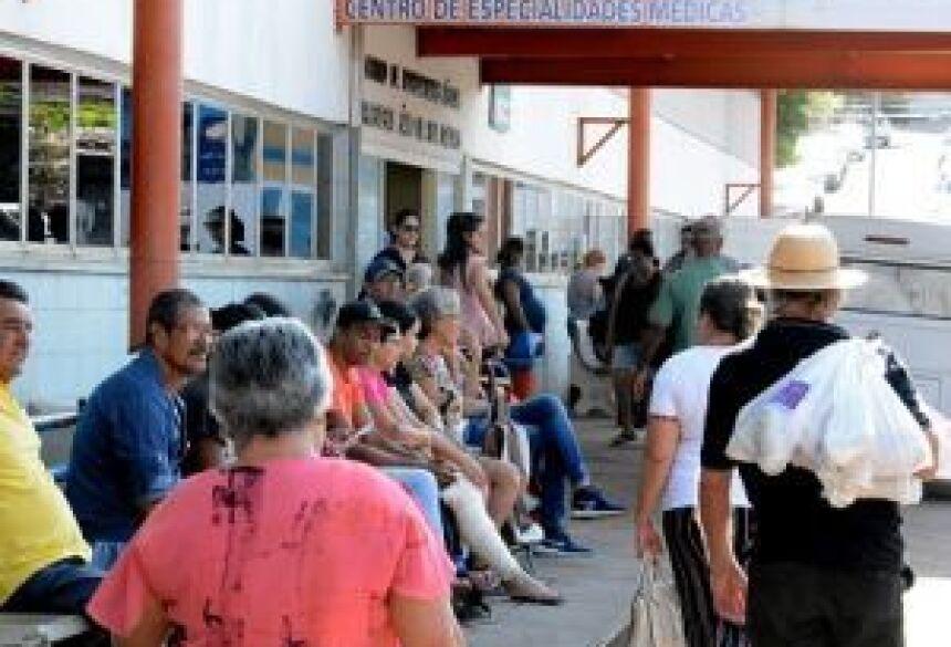 Em busca de atendimento, população sofre e espera - Foto: Bruno Henrique / Correio do Estado