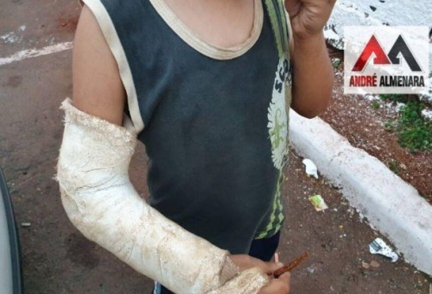 O garotinho estava com diversas marcas de violência pelo pescoço e face.