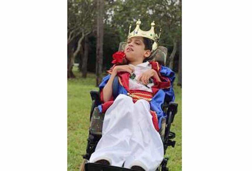 Gustavo de 11 anos sofre de paralisia cerebral