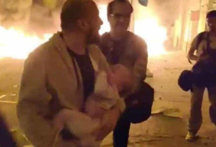Nas imagens, é possível ver o homem com a filha nos braços, em situação de desespero