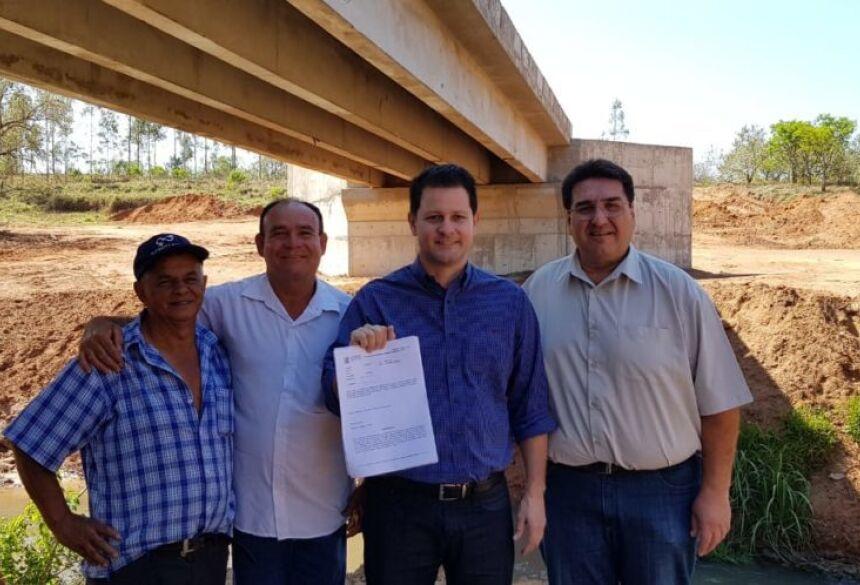 Ao lado do ex-prefeito Arceno Athas e do vereador Sacolão deputado Renato Câmara vistoriou às obras de construção da nova ponte de concreto sobre o Rio Pirajuí