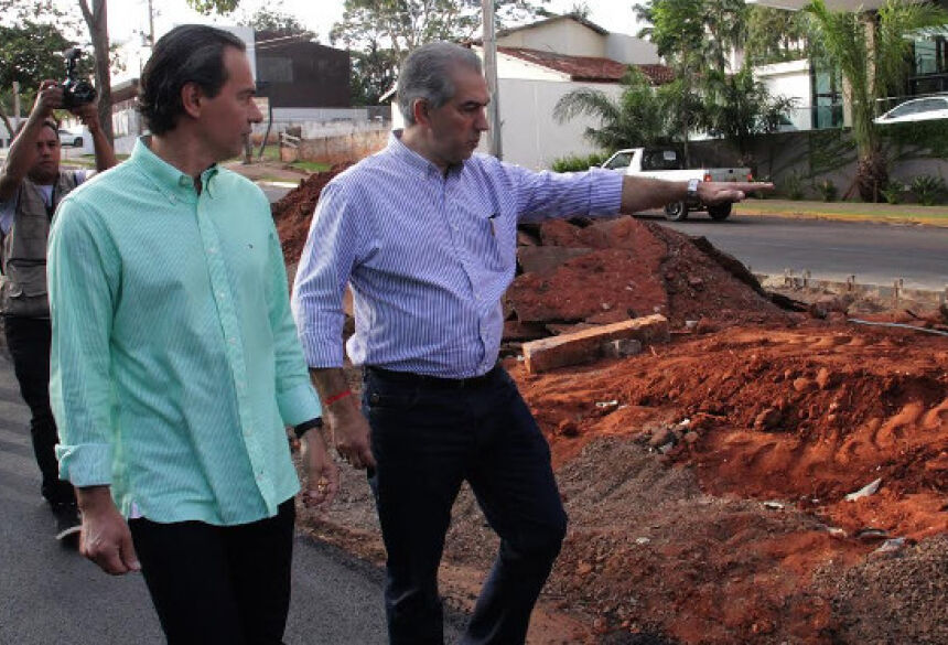 O governador Reinaldo Azambuja vai se reunir com a equipe administrativa da cidade no gabinete da Esplanada, às 14h.