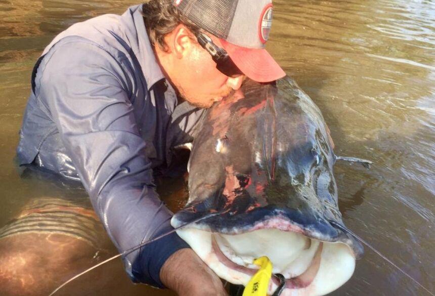 Peixe com mais de um metro ganha beijo de pescador ao ser solto em rio de MS.  Foto: Rodrigo Jorge/Arquivo pessoal