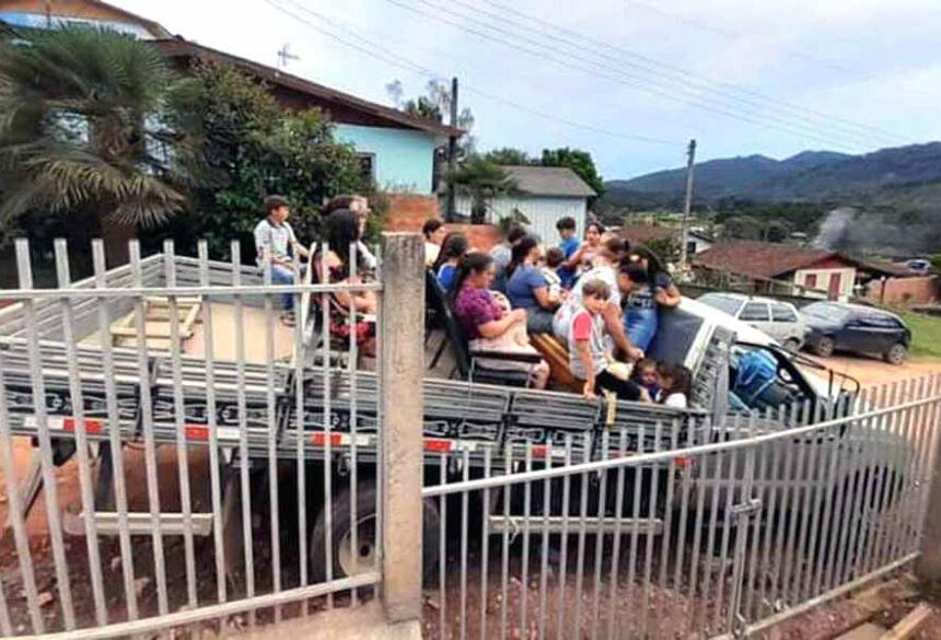 Grupo de pessoas que sofreu acidente na PR-092, entre Cerro Azul e Doutor Ulysses; transporte é considerado irregular pela polícia  Foto: Polícia Rodoviária Estadual/Divulgação