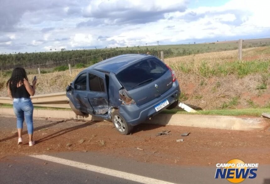 Um dos carros envolvidos ficou preso na grade de proteção da BR-163. (Foto: Direto das Ruas)