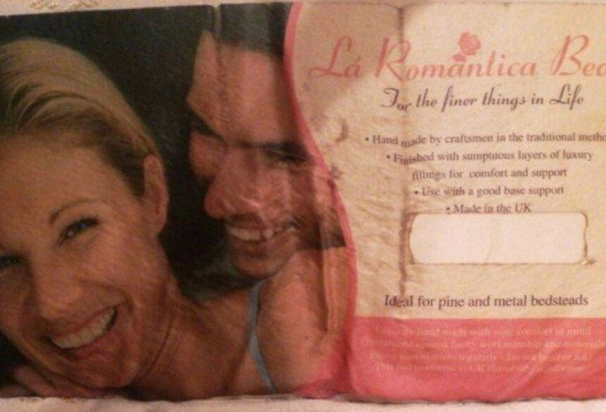 Etiqueta de travesseiro leva a fim de namoro Foto: Reprodução/Twitter(jrouncey)