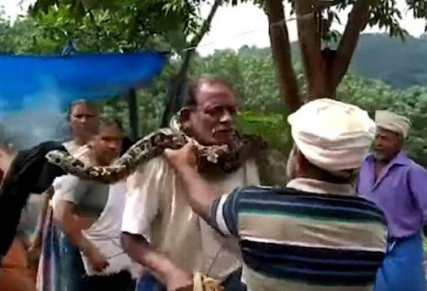 Píton se enrosca no pescoço de indiano Foto: Reprodução/YouTube
