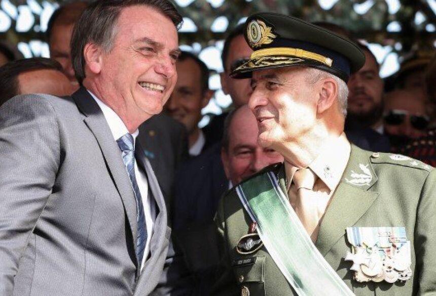 O presidente Jair Bolsonaro cumprimenta o General do Exército Luiz Eduardo Ramos Baptista Pereira durante solenidade de troca de Comando Militar do Sudeste Foto: Agência O Globo