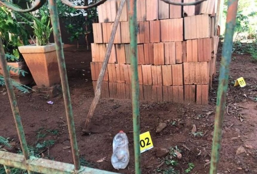 Números 1 e 2 marcam área periciada onde vítima foi encontrada morta (Foto: Danielle Matos)