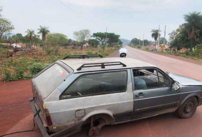 Velozes e furiosos: motorista foge em alta velocidade da PM com carro com três rodas
