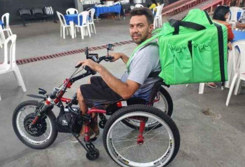 Cleber com sua moto adaptada Foto: Arquivo Pessoal