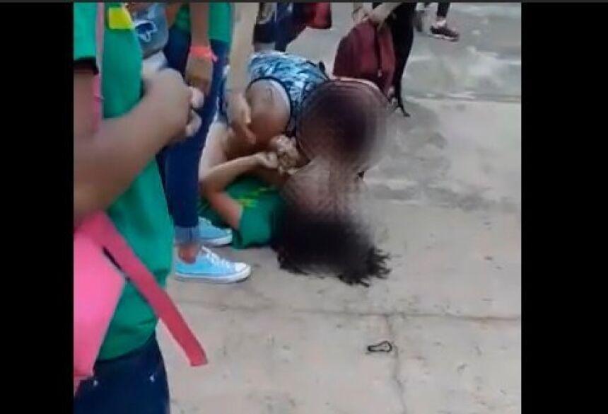 A mulher agride a aluna, aparentemente, devido a alguma rixa com a filha dela.