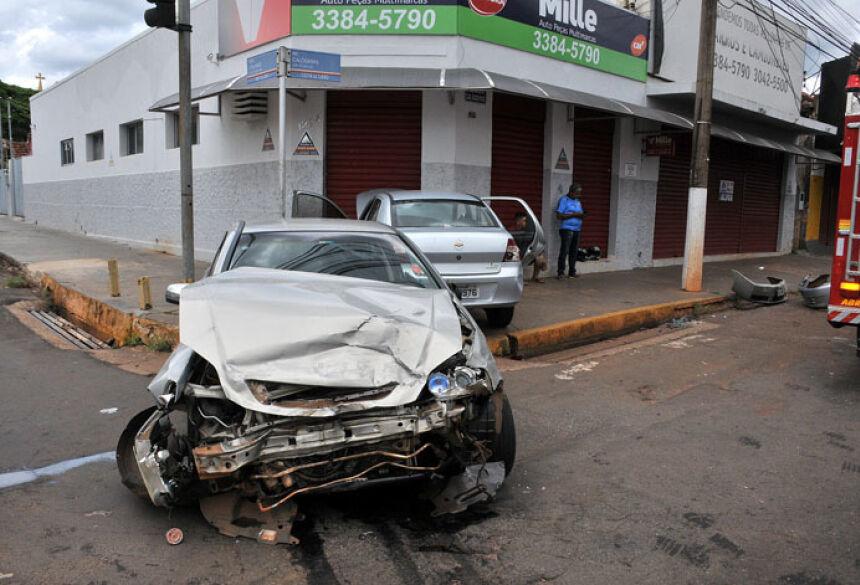 Carros rodaram na pista no cruzamento da Calógeras com a Calarge - Foto: Foto: Valdenir Rezende / Correio do Estado