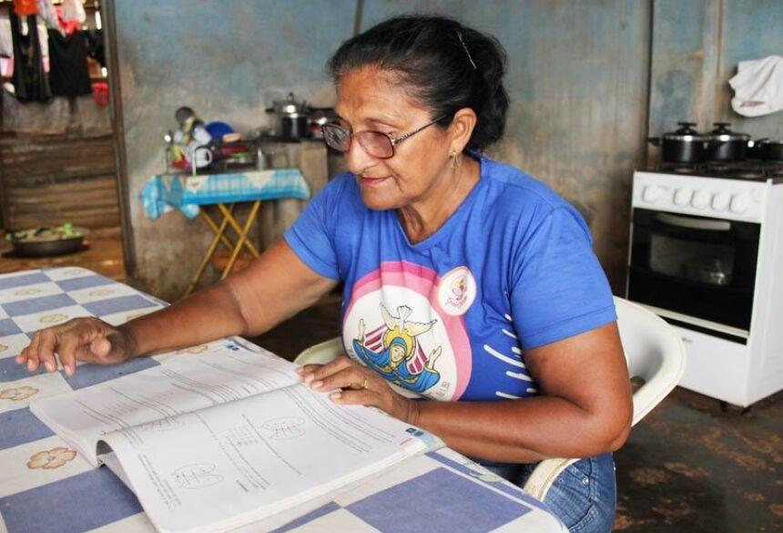 Maria Rosalina estudando para o Enem - Foto: Diêgo Holanda/G1