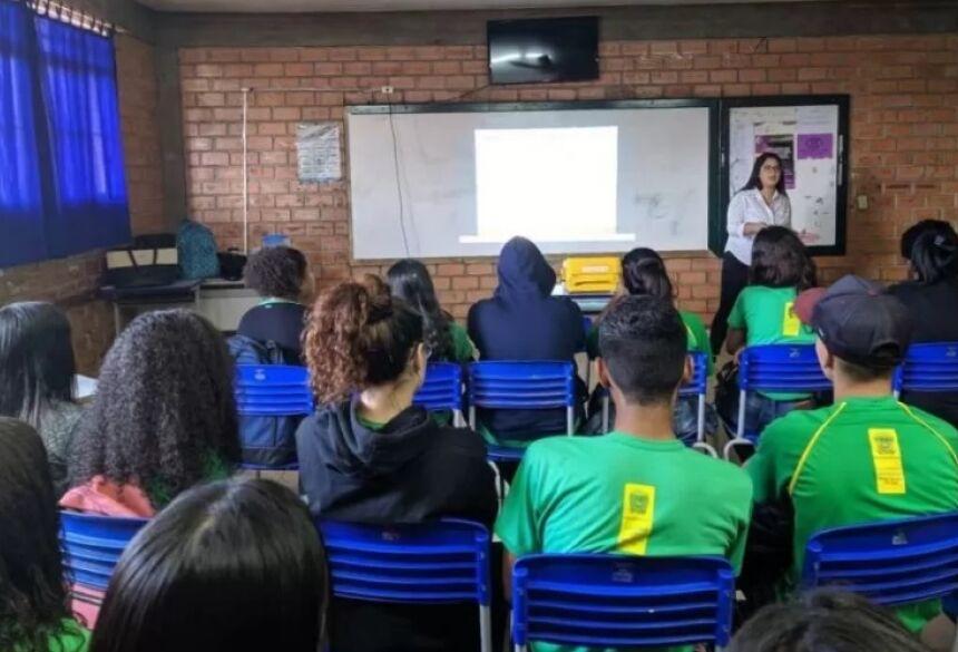 Projeto de Psicologia da UNIGRAN conscientiza estudantes adolescentes sobre as drogas