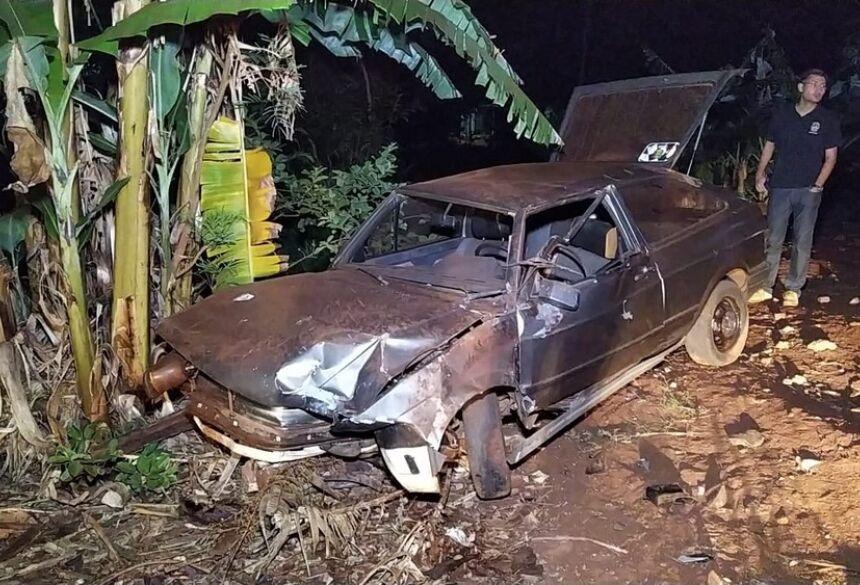 Motorista morre após bater carro em porteira e capotar várias vezes, em Dourados (MS). — Foto: Adilson Domingos