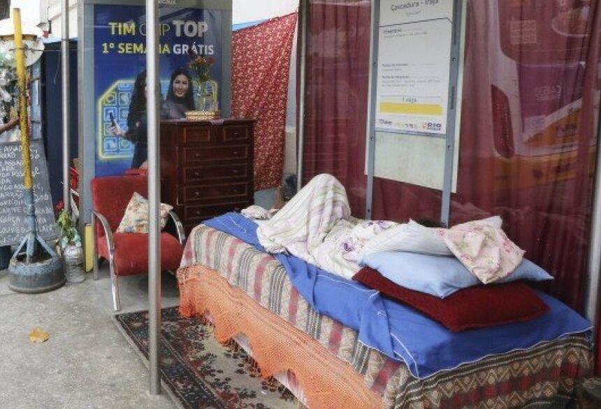 Mulher fixou residência no ponto final da linha 712, em Cascadura Foto: Guilherme Pinto / Agência O Globo