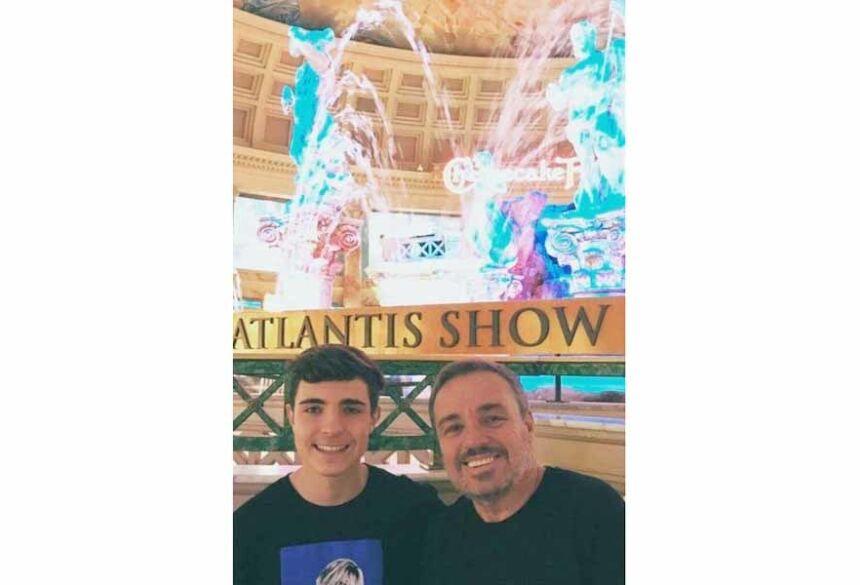 João Augusto ao lado do pai, nos Estados Unidos Foto: Reprodução de Instagram
