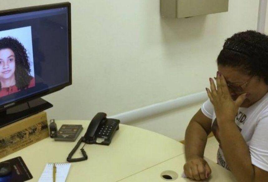 Luciene Pimenta ao ver a foto da filha, Luciane Torres, desaparecida aos 9 anos de idade Foto: Rafael Nascimento de Souza / Agência O Globo