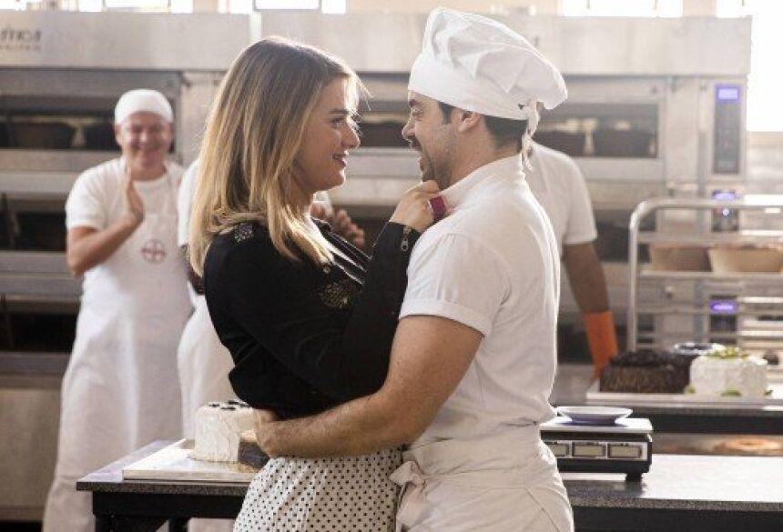 """Abel (Pedro Carvalho) pede Britney (Glamour Garcia) em casamento e ela aceita, em """"A dona do pedaço"""" Foto: VICTOR POLLAK/Rede Globo/Divulgação"""