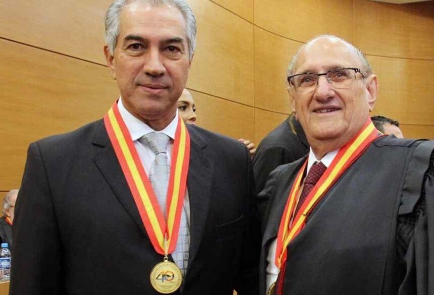 A comenda foi entregue pelo presidente da instituição, desembargador Paschoal Carmelo Leandro, na noite de ontem (4)