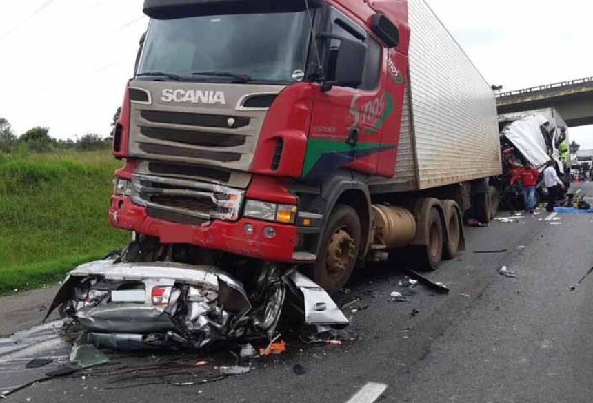 Acidente envolveu quatro caminhões e um carro, e deixou mortos na BR-116, em São José dos Pinhais — Foto: Divulgação/PRF
