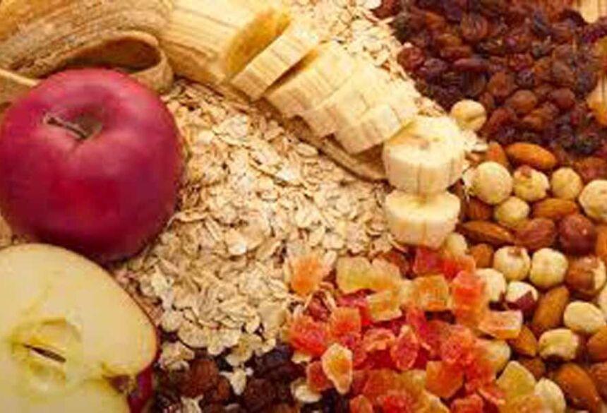 Na última refeição, devemos priorizar o consumo de alimentos ricos em carboidratos, por exemplo, frutas, aveia ou granola, torrada e sopas de tubérculos ou raízes.