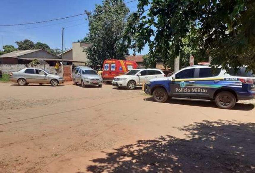 Viaturas da PM e Corpo de Bombeiros defronte a casa onde foi encontrado o corpo de leandro dos santos Alves. Foto: Divulgação