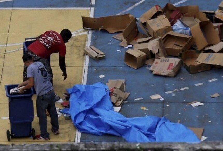 Livros jogados pela janela foram recolhidos por uma cooperativa Foto: MARCELO THEOBALD / Agência O Globo