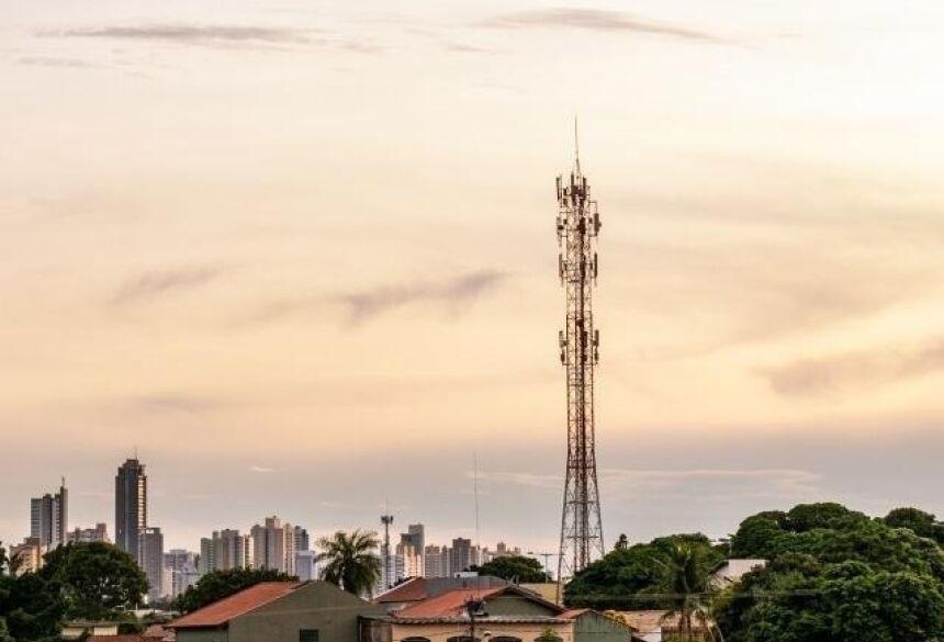 Em Campo Grande, o dia amanheceu aberto, mas há previsão de chuva no decorrer da tarde (Foto: Henrique Kawaminami)