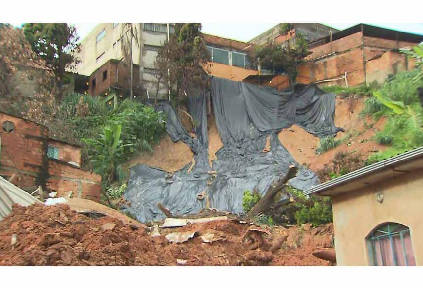 Barranco deslizou por causa de chuva em Betim — Foto: Reprodução/TV Globo