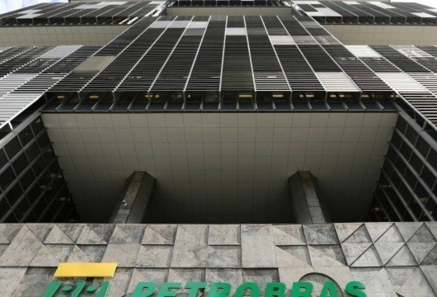 A estatal diz que o empregado poderá permanecer na empresa desde que desista do pedido de aposentadoria Foto: Sergio Moraes / Reuters