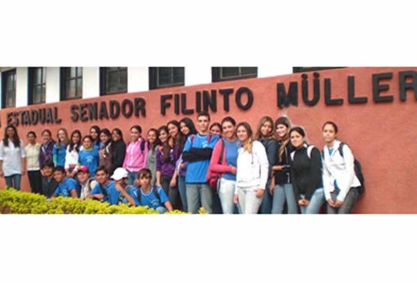 Imagem de alunos da maior escola de Fátima do Sul, Escola Senador Filinto Muller (Goglee)