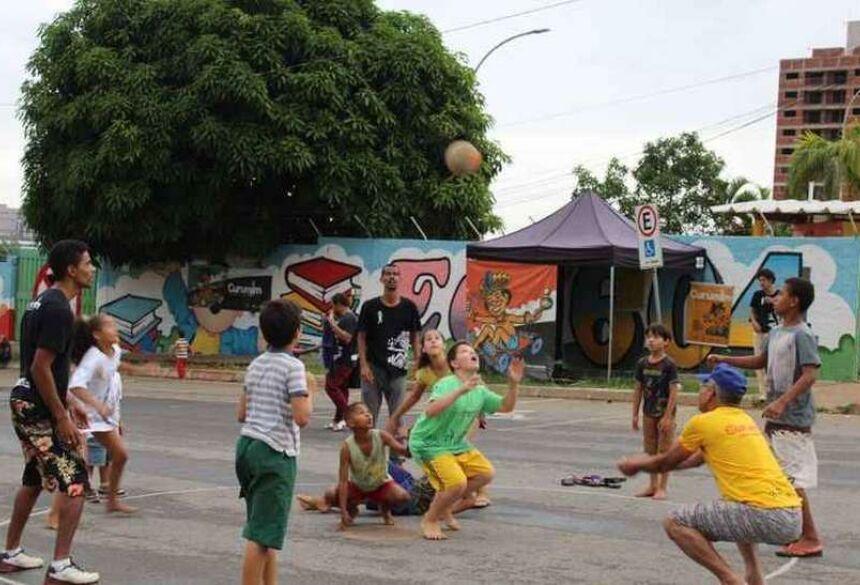Pais também são estimulados pelo projeto Curumim Cultural, em Samambaia. Iniciativa visa ao resgate de brincadeiras tradicionais (foto: Filipe Lopes/Divulgação Curumim Cultural)