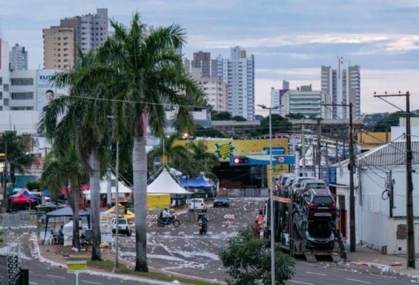 Vista da Avenida Fernando Corrêa da Costa, onde acontece uma das folias de rua em Campo Grande, na manhã desta segunda-feira (Foto: Henrique Kawaminami)