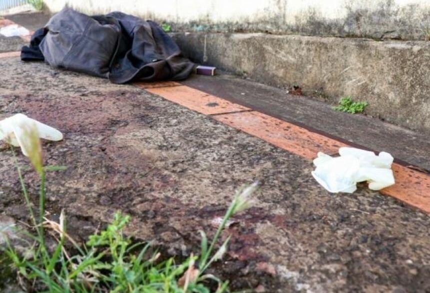 Local onde o homem foi encontrado morto na Rua Bahia (Foto: Henrique Kawaminami)