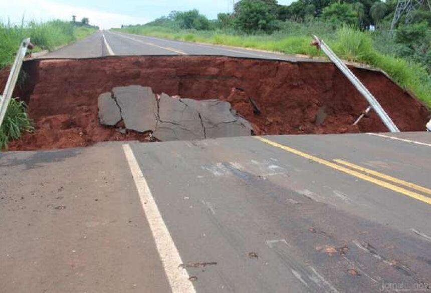 O carro sofreu diversas avarias / Imagens: Luis Gustavo/Jornal da Nova