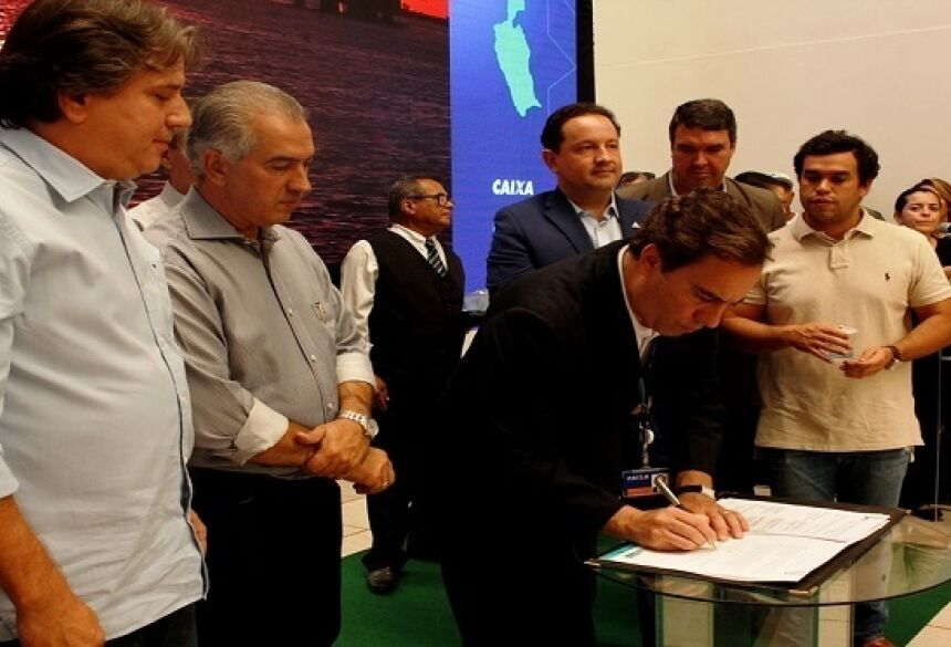 Prefeito de Bataguassu, Pedro Caravina, com o governador Reinaldo Azambuja e o presidente da CEF, Pedro Guimarães, durante assinatura do contrato em setembro do ano passado