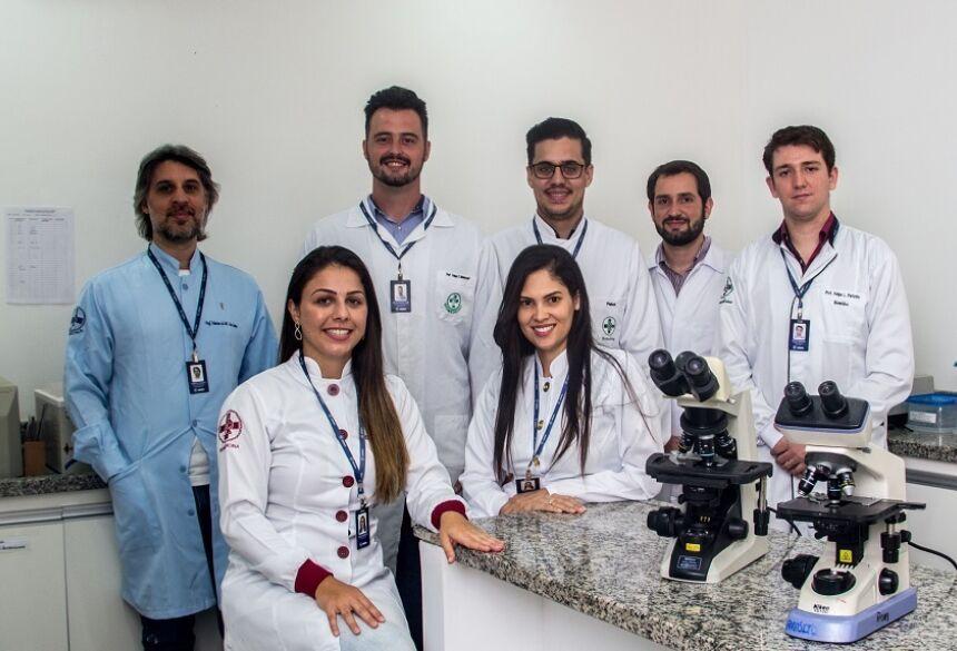 Equipe de professores do Laboratório de Análises Clínicas comemora a certificação de excelência pelo quarto ano consecutivo.