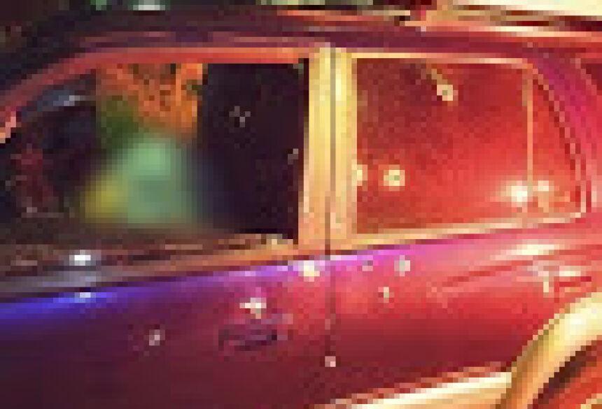 Homem foi baleado dentro de uma Hilux modelo 1997 com placas do Paraguai (Foto: Direto das Ruas)