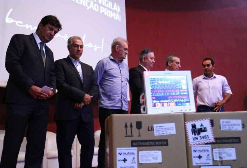 Mandetta fez a entrega dos equipamentos, que serão distribuídos para 42 cidades de MS. (Foto: Marcos Ermínio)