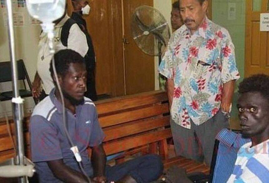Dois sobreviventes do naufrágio na costa de Papua-Nova Guiné Foto: Reprodução/Solomon Star