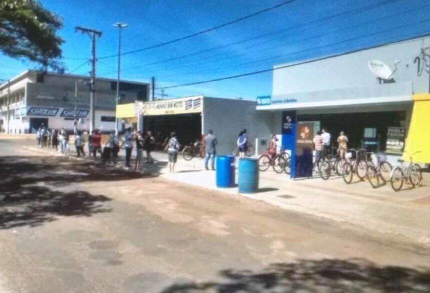 Fila defronte a lotérica em Caarapó na manhã desta terça-feira (31). Fotos: Divulgação