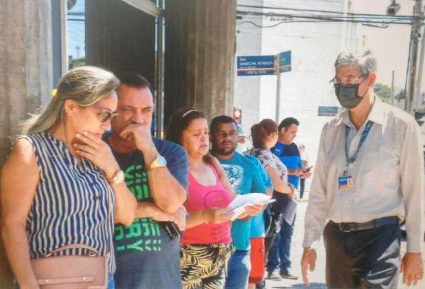 Antes das 10h, fila já se formava na agência Caixa da Rua 13 de Maio (Foto: Henrique Kawaminami) - CREDITO: CAMPO GRANDE NEWS