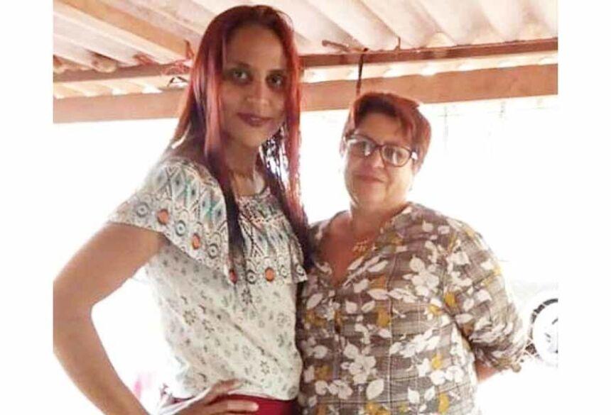 Na foto filha e mãe reencontram após 34 anos