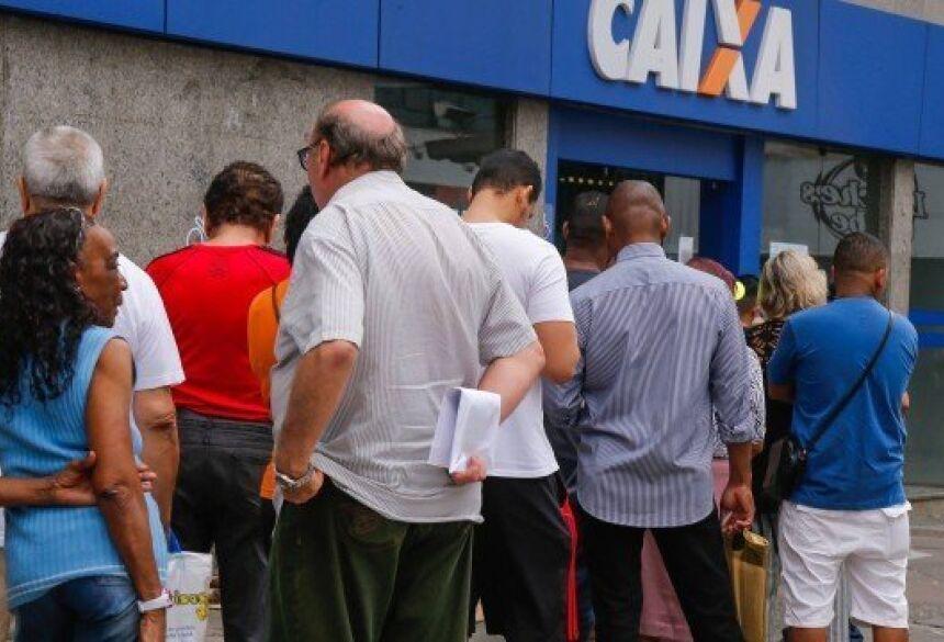 A Caixa quer evitar aglomerações em agências e vai depositar o auxílio Foto: Marcelo Regua / Agência O Globo
