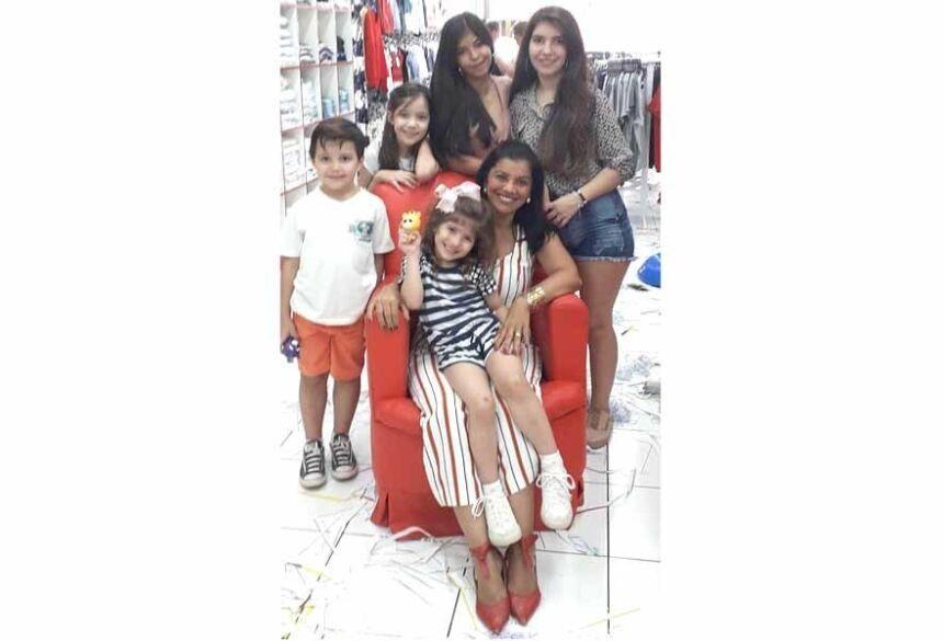 Lucélia de Figueiredo com seus netos e netas (facebook)