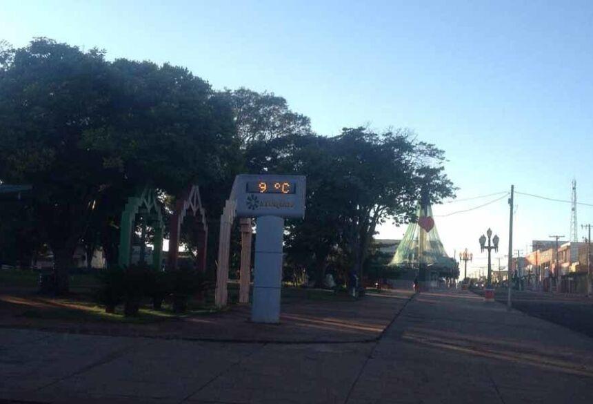 As 6:00 hs desta quinta feira o termômetro da Praça Getúlio Vargas, de Fátima do Sul, marcava 9º C.