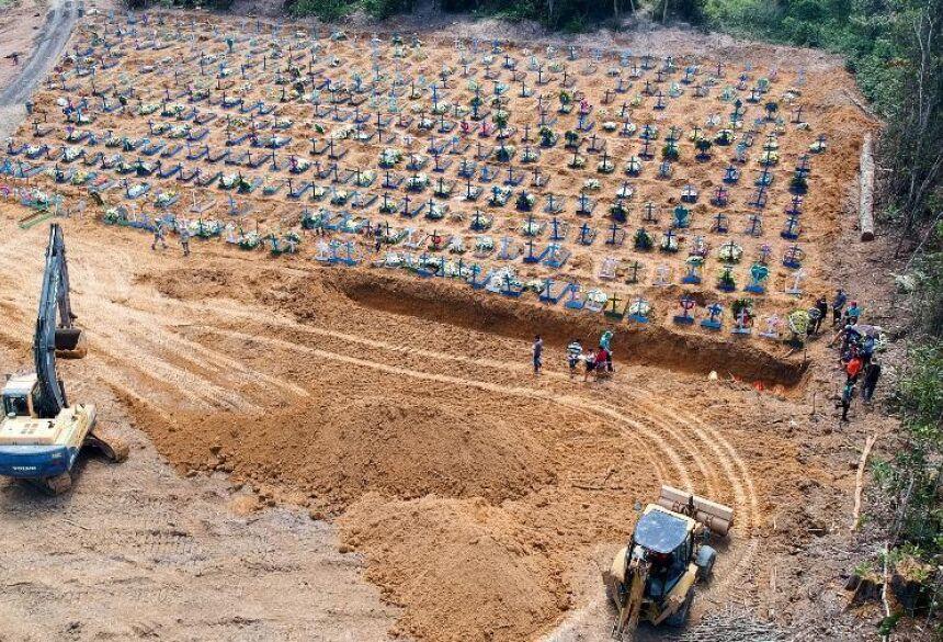 Cova coletiva aberta em cemitério de Manaus: prefeitura diz que medida é necessária para dar conta do grande número de sepultamentos causados por casos confirmados ou suspeitos de covid-19 Imagem: Sandro Pereira/Estadão Conteúdo